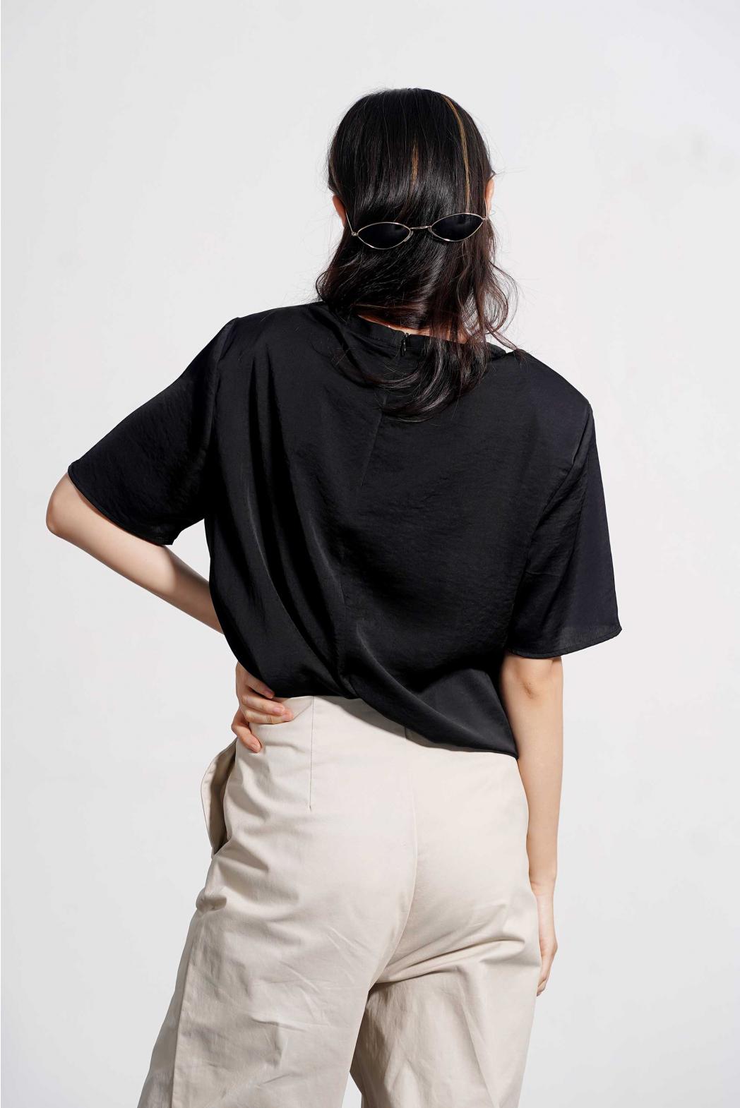 Áo kiểu tay ngắn đệm vai. Satin PE/Vis - 10F20SHSW012